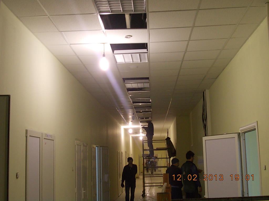 установка светильников в подвесной потолок